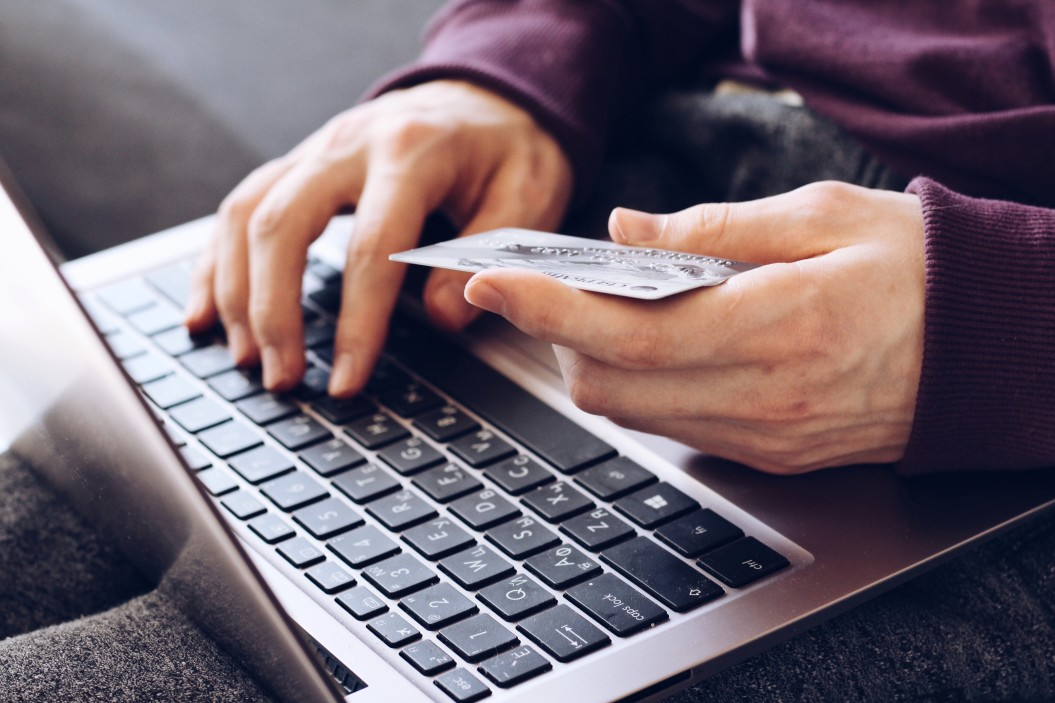 persoon met laptop en credit card